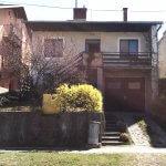 Na ulici Budovateľská hľadajte rodinný dom, bez plota, bránky s kamenným múrom pri chodníku.